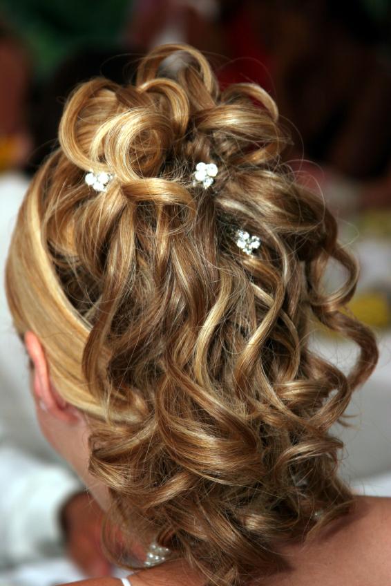 Coiffure de mariée cheveux longs bouclés; chignon